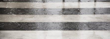 Скрещивание улицы в дождливом дне Стоковые Изображения