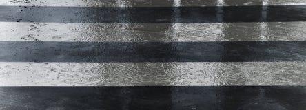 Скрещивание улицы в дождливом дне Стоковые Фотографии RF