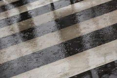 Скрещивание улицы в дождливом дне Стоковая Фотография RF