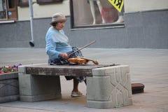 Скрипач Москва пожилой женщины стоковые изображения