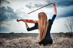 скрипка девушки с волосами красная Стоковое фото RF