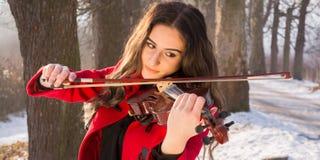 Скрипка игры девушки Стоковые Изображения RF