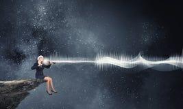 Скрипка игры женщины Санты Стоковая Фотография
