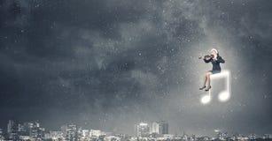 Скрипка игры женщины Санты Стоковые Изображения RF