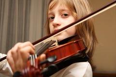 скрипка игры нот Стоковые Изображения
