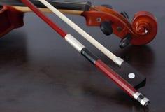Скрипка и смычок стоковое фото