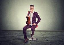 Скрипка и fiddlestick удерживания молодого человека стоковые изображения