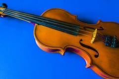 Скрипка на голубой предпосылке стоковые фото