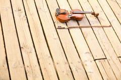 Скрипка на деревянной пристани. Концепция музыки стоковое фото