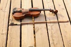 Скрипка на деревянной пристани. Концепция музыки стоковое изображение rf