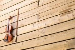 Скрипка на деревянной пристани. Концепция музыки стоковые фотографии rf