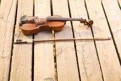 Скрипка на деревянной пристани. Принципиальная схема музыки стоковые фотографии rf