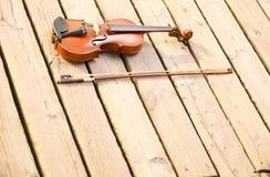 Скрипка на деревянной пристани. Принципиальная схема музыки стоковое изображение rf