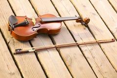 Скрипка на деревянной пристани. Принципиальная схема музыки стоковое фото rf