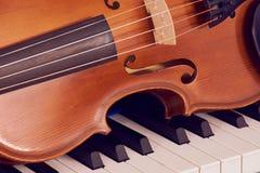 Скрипка на рояле, отрезок вне стоковые фото