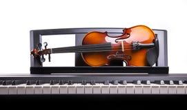Скрипка на столе Стоковые Изображения RF