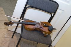 Скрипка на стуле стоковая фотография