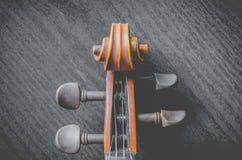 Скрипка на темной таблице, классическом музыкальном инструменте используемом внутри стоковое изображение rf