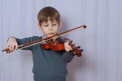 Скрипка ребенка palying Стоковые Фотографии RF