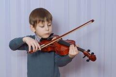 Скрипка ребенка palying Стоковое Изображение