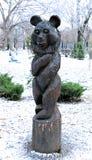 Скромная деревянная скульптура медведя в парке Presnensky стоковые фото
