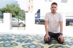Скромная мусульманская молитва человека в мечети стоковое изображение rf