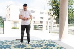 Скромная мусульманская молитва человека в мечети стоковые изображения rf