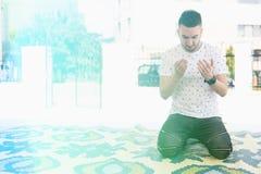 Скромная мусульманская молитва человека в мечети стоковые фотографии rf