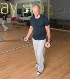 скручиваемости бицепса делая человека гимнастики Стоковое Фото