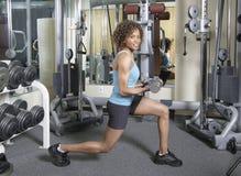 скручиваемости делая женщину lunges Стоковое фото RF