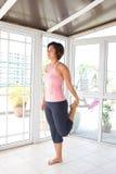 скручиваемость делая женское подколенное сухожилие стоковое изображение rf