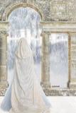 Скрыванная женщина озером замка Стоковые Фото