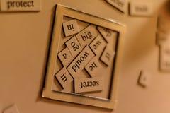 Скрэббл на холодильнике стоковые фото