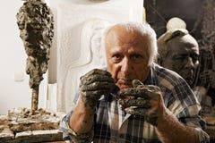 Скульптор в студии стоковое фото