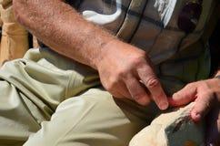 Скульптор на работе - старший человек и его рука на солнечном дне стоковые фотографии rf