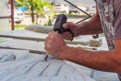 Скульптор работает стоковые фото