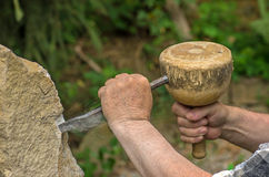 Скульптор работая на каменной скульптуре стоковая фотография rf