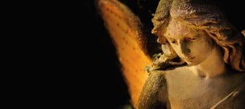 Скульптура ангела с крылами против темной предпосылки Religi Стоковое фото RF