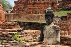 Скульптура Будды сделанная камня на руинах кирпича Wat Phra Sri Sanphet Ayutthaya, Таиланд стоковое фото rf