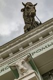 Скульптура быка на крыше мясной промышленности павильона на выставке экономических достижений в Москве стоковая фотография