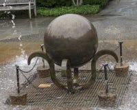 Скульптура в центре  фонтана угла жабы на дендропарке Далласа Стоковые Изображения RF