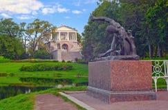 Скульптура гладиатора на предпосылке галереи Камерона в парке Катрина, Tsarskoe Selo, Санкт-Петербурге Стоковые Изображения