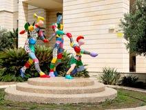 Скульптура города абстрактная от пестротканых материалов, показывая семью на спорт отдыхает Размещенный в Holon стоковое фото rf
