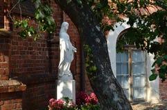 Скульптура девой марии в Вильнюсе стоковые фото