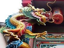 Скульптура дракона на китайской святыне стоковые фотографии rf