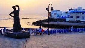 Скульптура женщины смотря вне к океану в El Cotillo, Фуэртевентуре, Канарских островах, Испании стоковое изображение