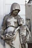 Скульптура женщины с его ребенком Стоковые Фотографии RF