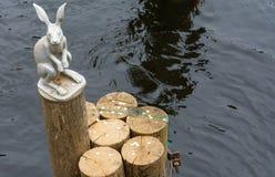 Скульптура зайца на конце журнала Стоковые Изображения RF