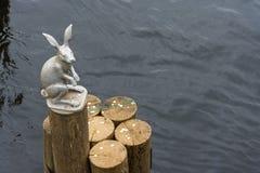 Скульптура зайца на конце журнала Стоковые Изображения