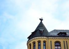 Скульптура кота на крыше Стоковые Изображения